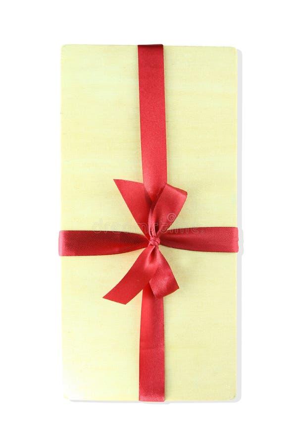 Curva de madeira da caixa de presente com ribbin vermelho imagens de stock royalty free