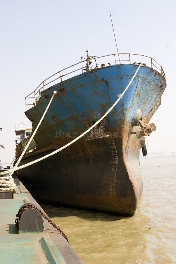 Curva de um navio de carga no rio de Yangtze fotografia de stock royalty free