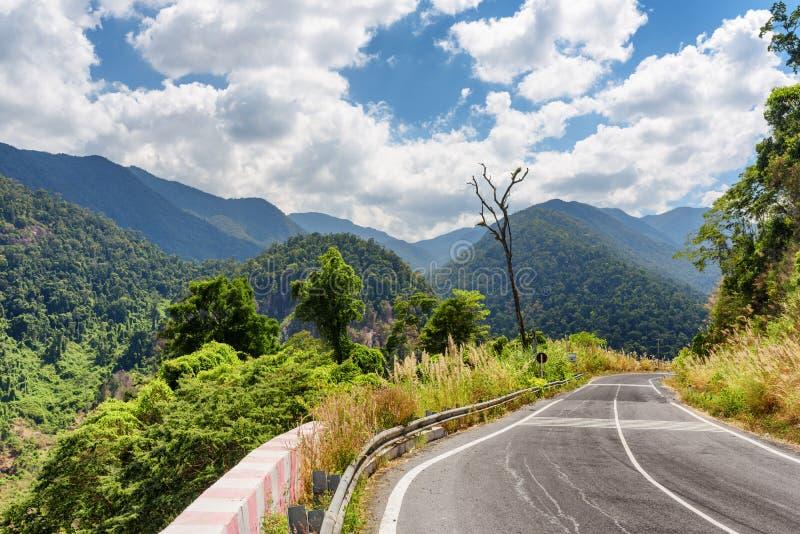 Curva del camino y una hermosa vista de las montañas alrededor del lat de DA fotografía de archivo