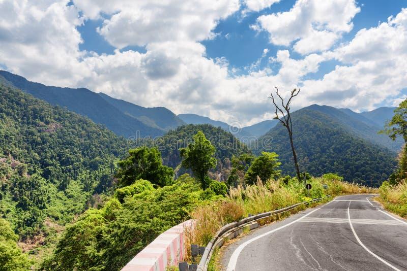 Curva del camino y una vista de las montañas alrededor de la ciudad del lat de DA imagenes de archivo