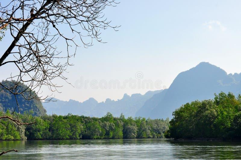Curva del río de la montaña foto de archivo libre de regalías