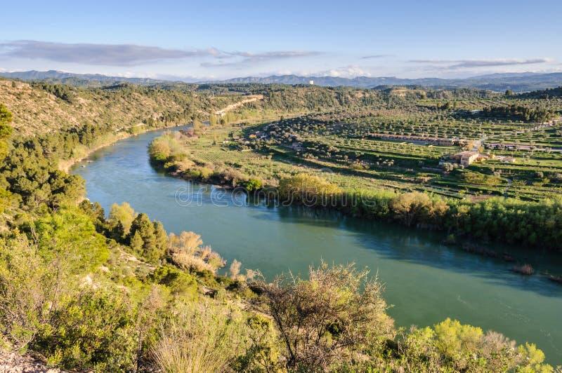 Curva del río Ebro cerca de Flix, España fotografía de archivo libre de regalías