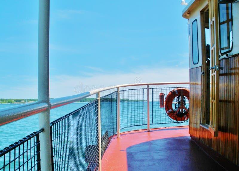 Curva do barco da excursão no mar fora da costa de Maine imagens de stock