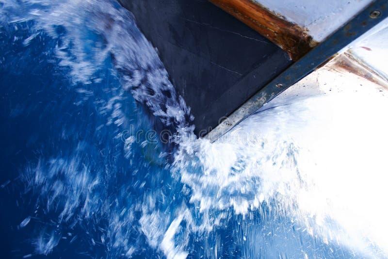 Curva do barco na água imagem de stock