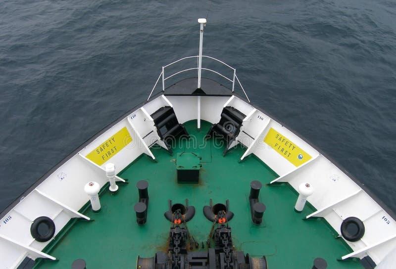A curva do navio nos mares altos, fundo imagens de stock royalty free