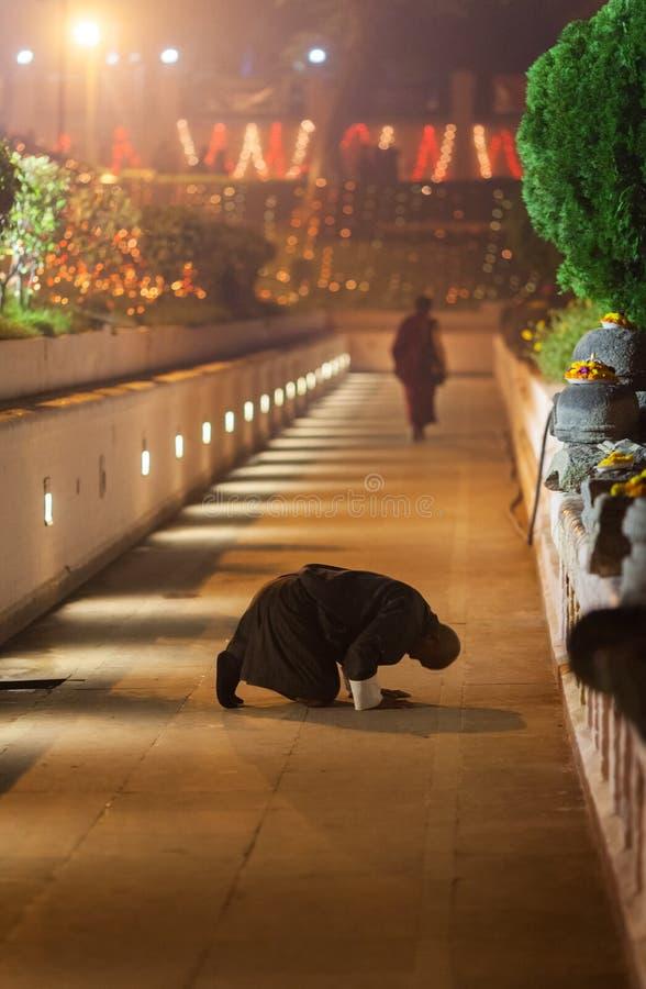 Curva do peregrino de Butão contra o templo de Mahabodhi fotografia de stock royalty free