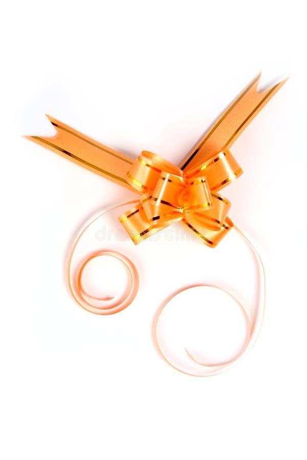 Curva do presente da cor amarela em um fundo branco fotos de stock royalty free