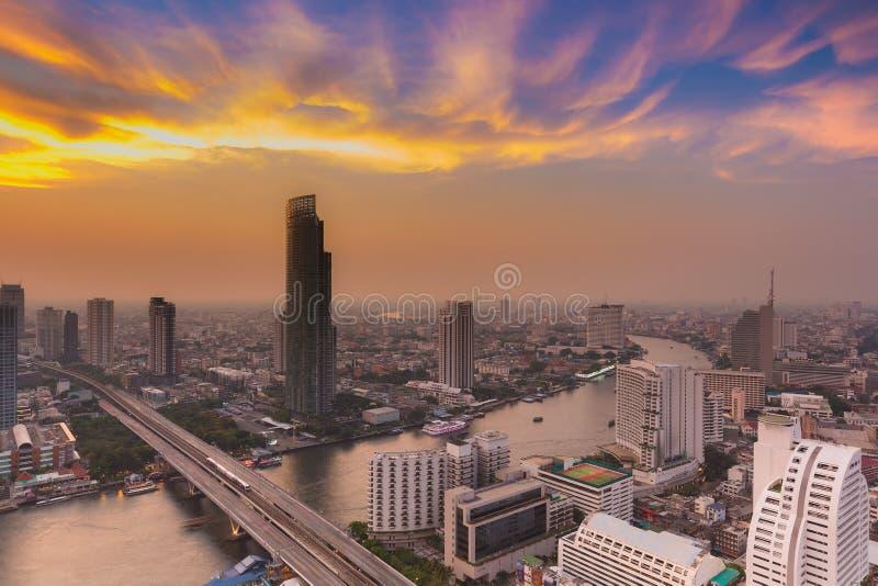 Curva do rio de Banguecoque com cloudscape bonito durante o por do sol imagens de stock