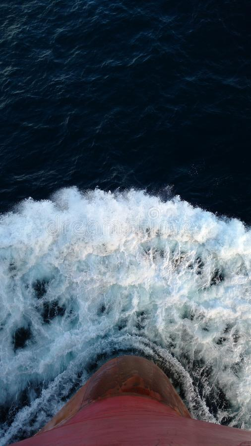 Curva dos navios contra a água imagens de stock
