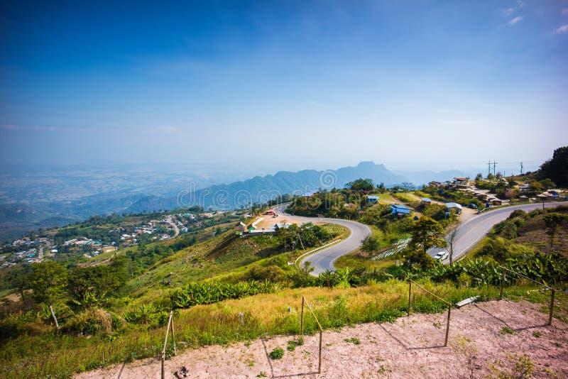 Curva e strada rurale d'avvolgimento lungo la montagna a Phu Thap Boek fotografia stock