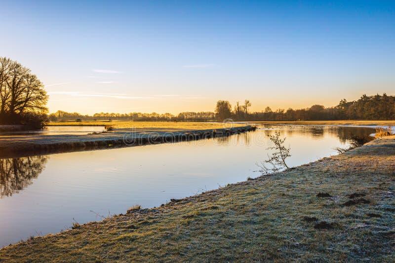 Curva en la marca holandesa del río en un día sin viento en invierno imagen de archivo