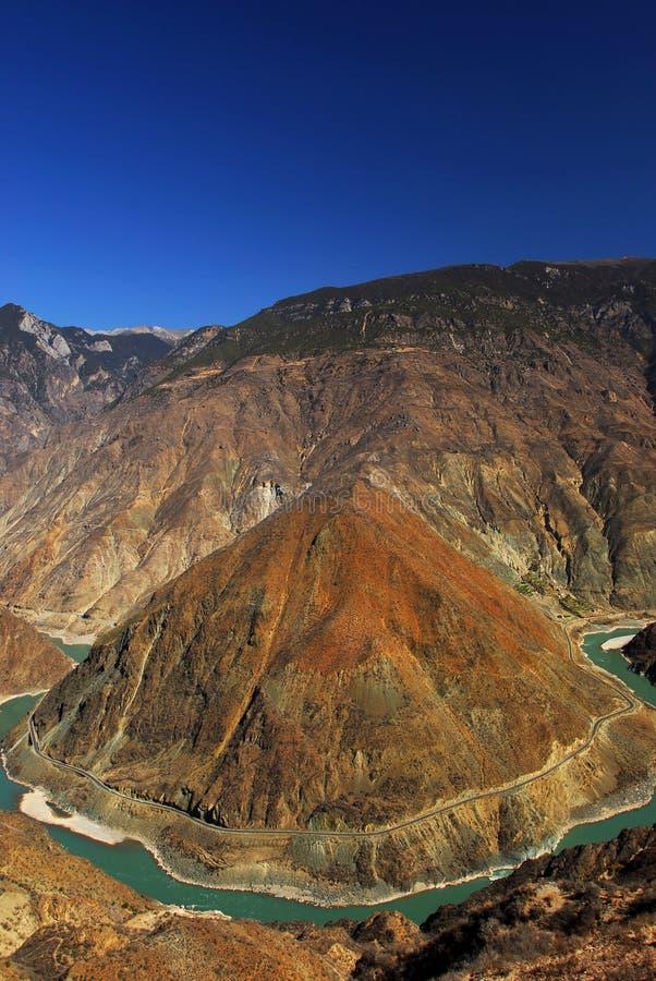 Curva enorme do rio de Jinsha Jiang imagens de stock