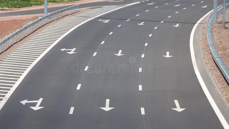 Curva grande de uma estrada nova foto de stock