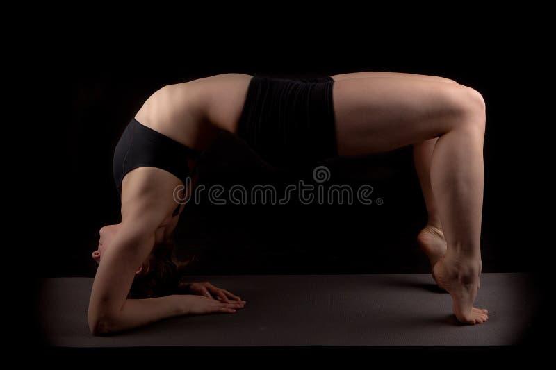 Curva posterior de los dedos del pie de los codos del gimnasta fotos de archivo libres de regalías