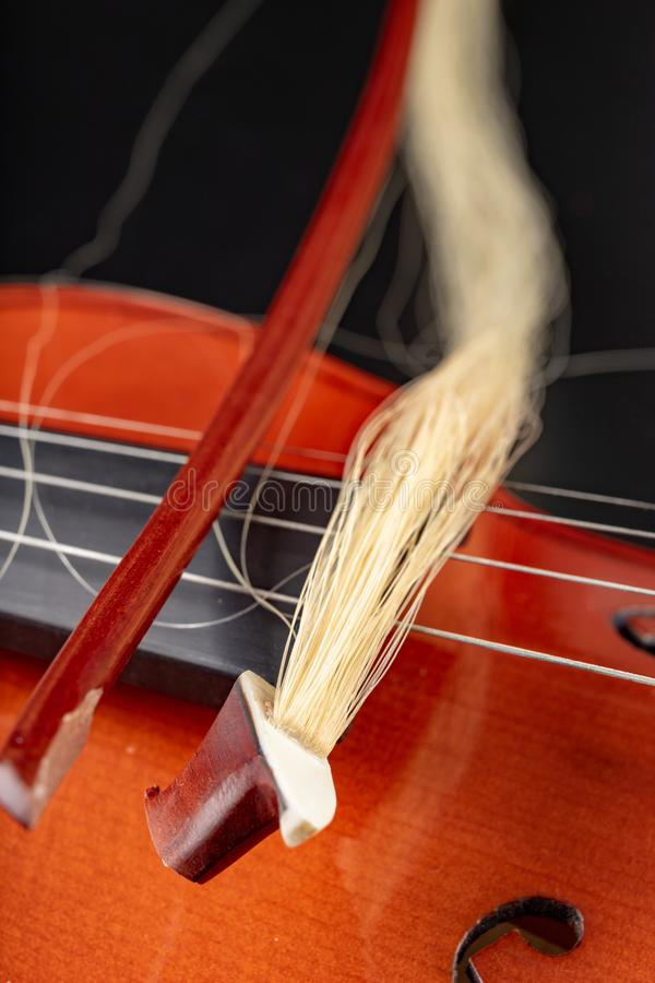 Curva quebrada ao violino Instrumento musical danificado foto de stock royalty free
