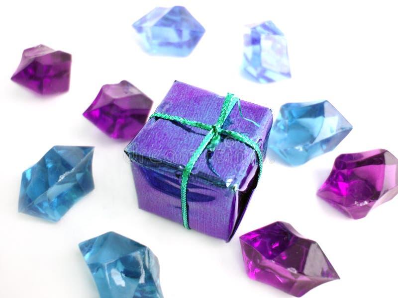 Curva violeta sobre um fundo branco com cristais imagem de stock royalty free