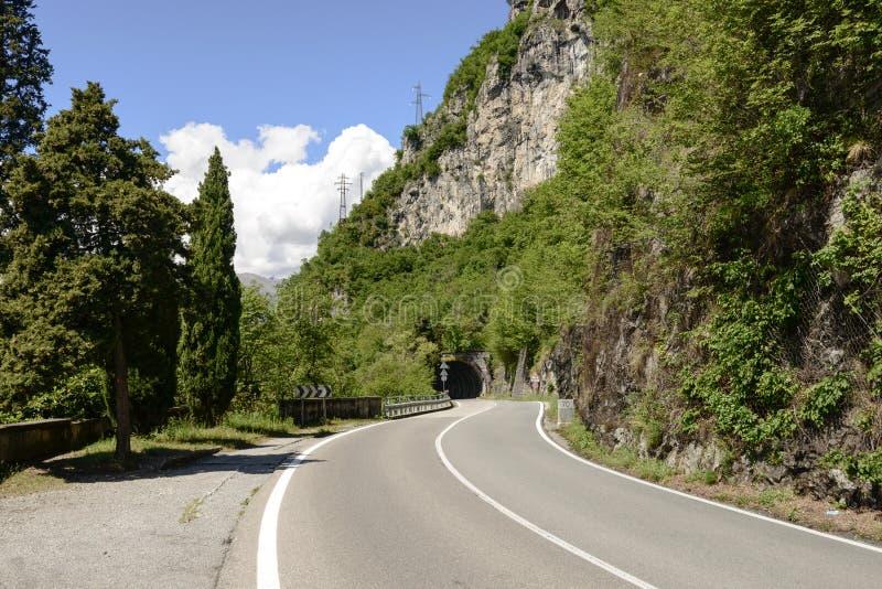 Curva y galería en el camino lateral del lago del lago Como, Italia fotografía de archivo libre de regalías