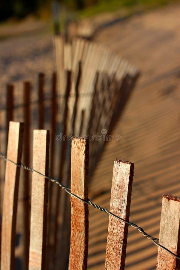 Curvar la cerca en la playa imagenes de archivo