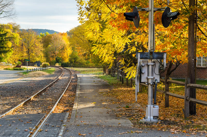 Curvar la pista ferroviaria y a Autumn Trees colorido imágenes de archivo libres de regalías