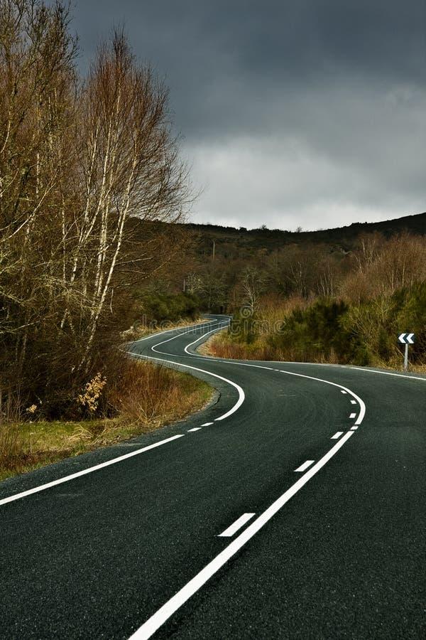 Curvas da estrada entre a natureza e as montanhas imagens de stock royalty free