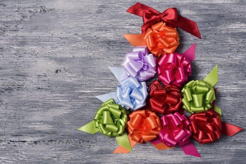Curvas da fita do presente que formam uma árvore de Natal imagem de stock