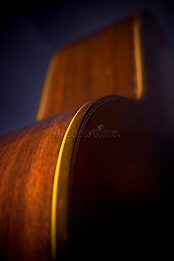 Curvas de la guitarra en sombra fotografía de archivo