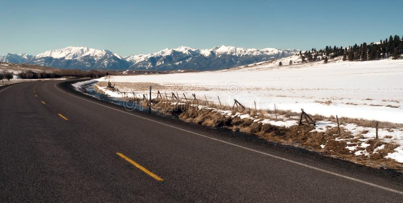 Curvas de Roaad hacia las montañas Joseph Oregon los E.E.U.U. de Wallowa fotos de archivo