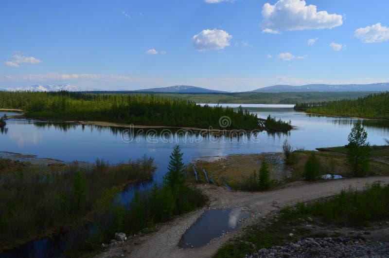 Curvas dobles de Sakukan del río 'entre bosque, las colinas y las montañas imagenes de archivo