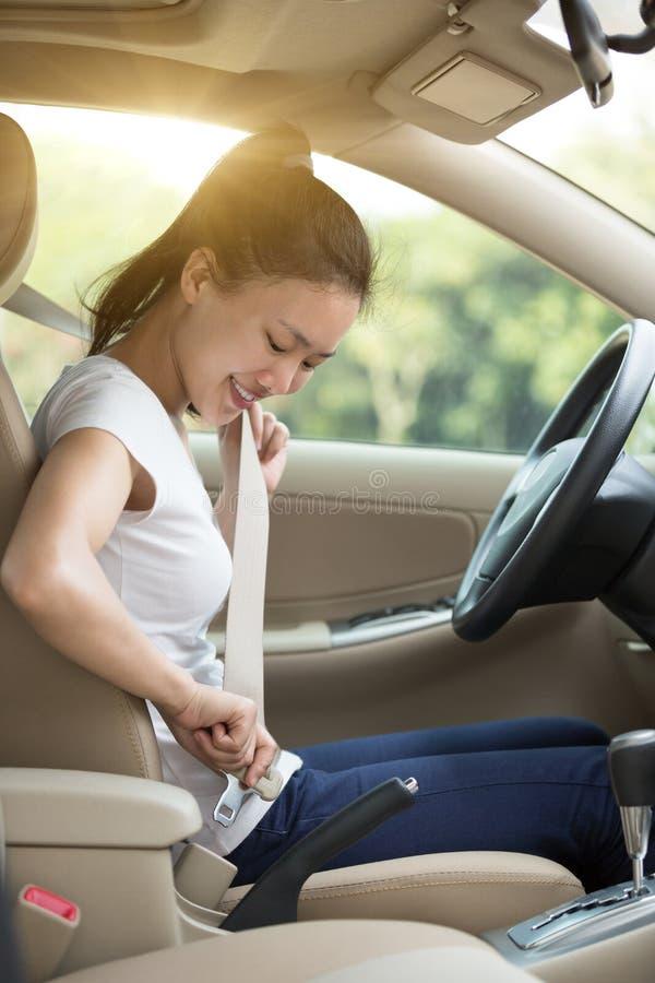 Curvatura asiática do motorista da mulher acima fotos de stock royalty free