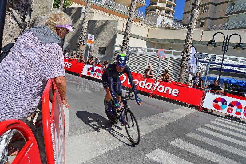 Curvatura de Team Movistar Rider Around The da raça do ciclo fotos de stock royalty free