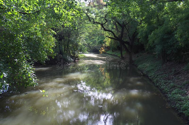 A curvatura do canal na ponte entre o parque do fai da podridão e a rainha Sirikit estaciona imagem de stock