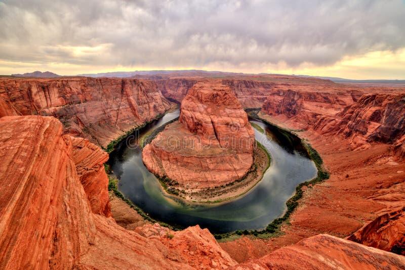 Curvatura em ferradura no Rio Colorado no por do sol e no tempo nebuloso, Utá foto de stock royalty free