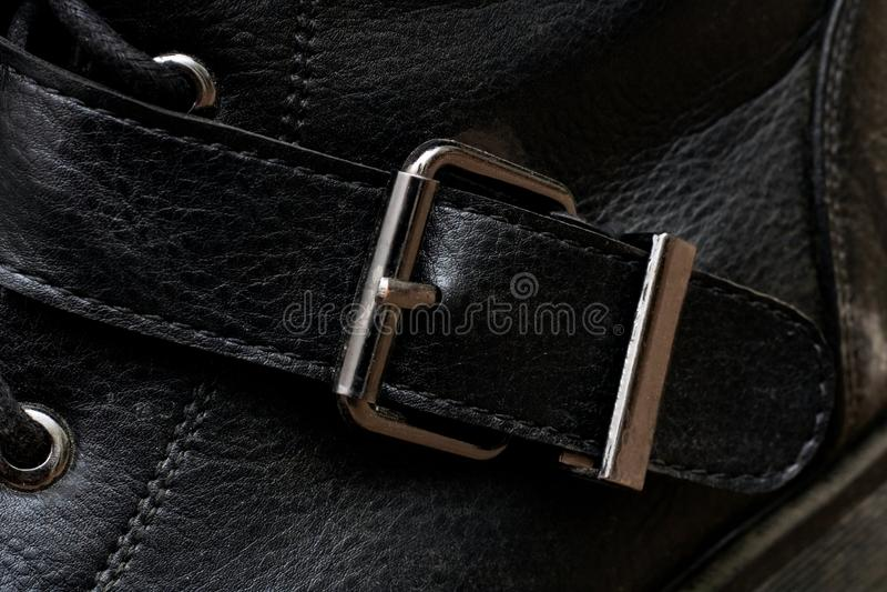 Curvatura em um fim preto da sapata acima fotografia de stock