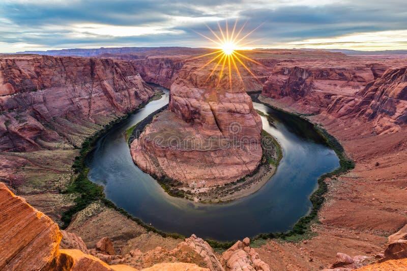 Curvatura a ferro di cavallo al crepuscolo, l'Arizona, U.S.A. immagini stock