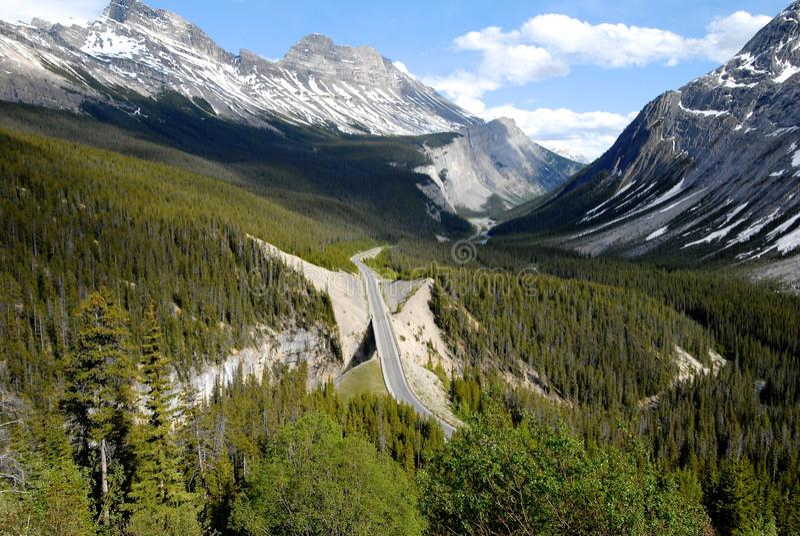Curvatura grande na via pública larga e urbanizada de Icefield, canadense Montanhas Rochosas, Canadá fotos de stock