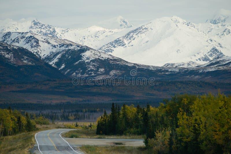 Curvatura no transporte da estrada da montanha de Alaska da estrada fotos de stock royalty free