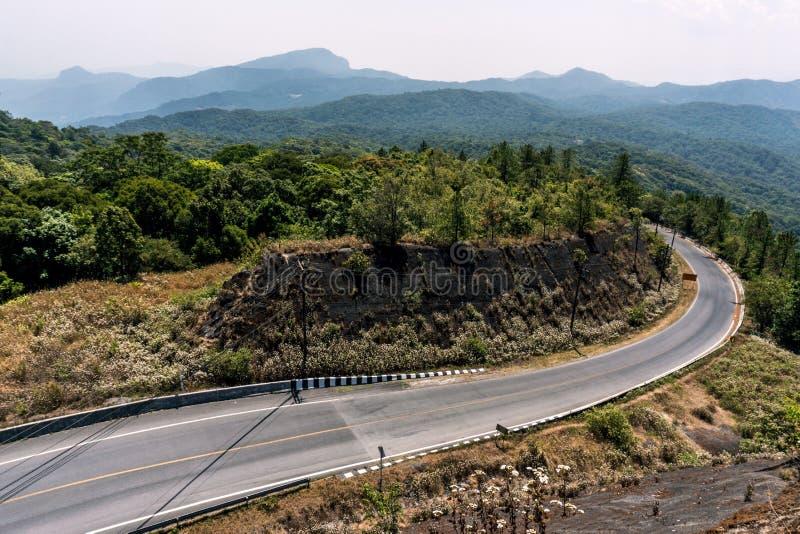 Curvy дорога асфальта с природой и Mountain View в середине джунглей в национальном парке Таиланда стоковое фото rf