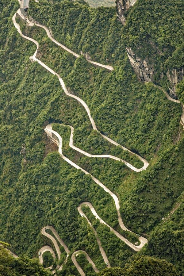 Curvy дорога водя к пещере на горе Китае Tianmen стоковая фотография rf