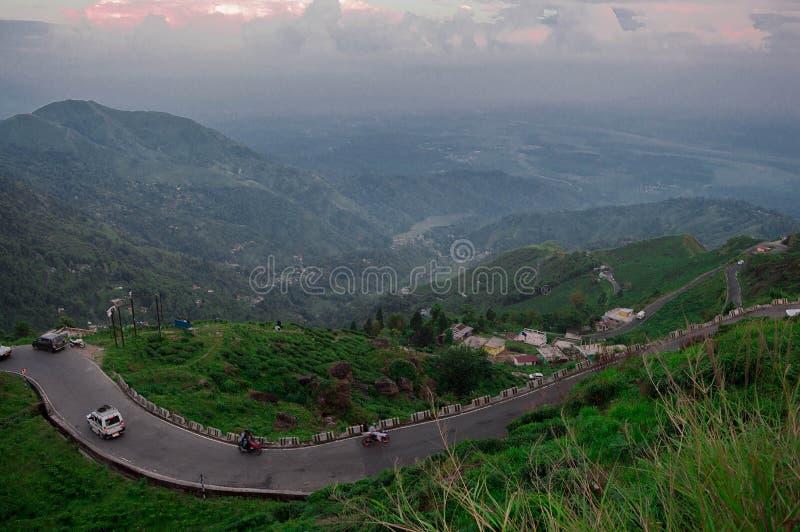 Curvy bergiga vägar av Darjeeling fotografering för bildbyråer