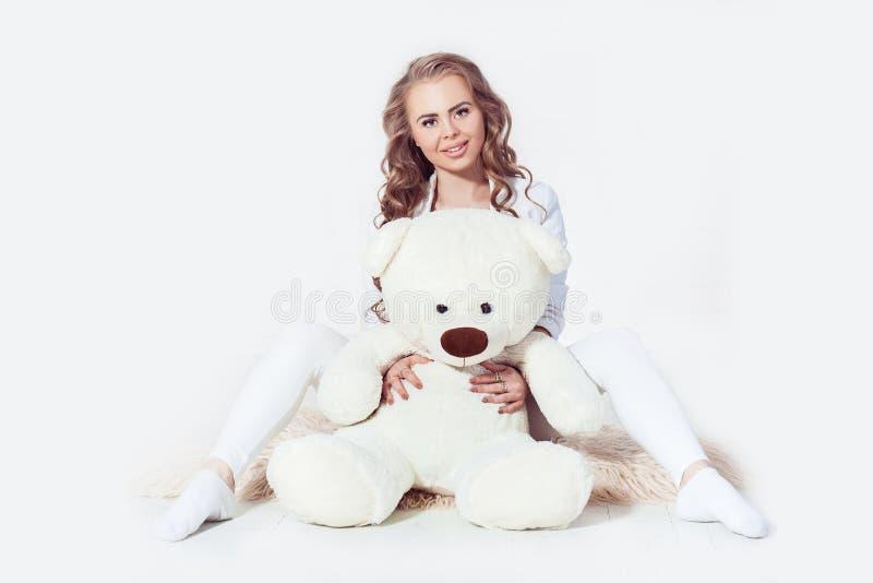 Curvy kobiety blondynki dziewczyny przytulenia miś zdjęcia stock