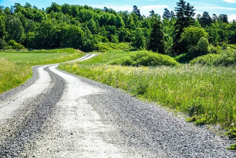 Curvy Schotterweg in der Landschaft lizenzfreie stockbilder