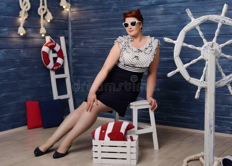 Curvy speld-omhooggaand meisje royalty-vrije stock fotografie