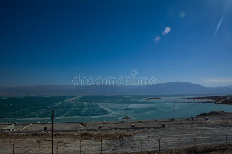 Curvy Straße mit einer Ansicht über Totes Meer am Ende eines Sommertages im Wüste Negev stockfotografie