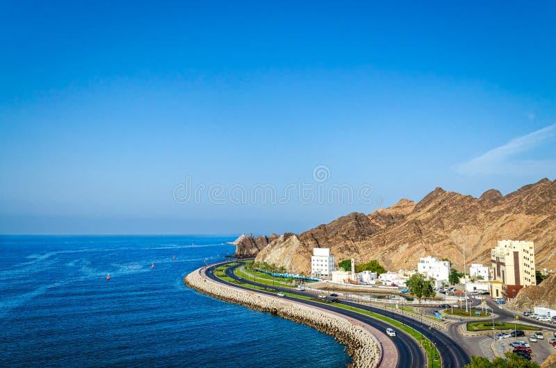 Curvy vägar på Oman Seascape royaltyfri foto
