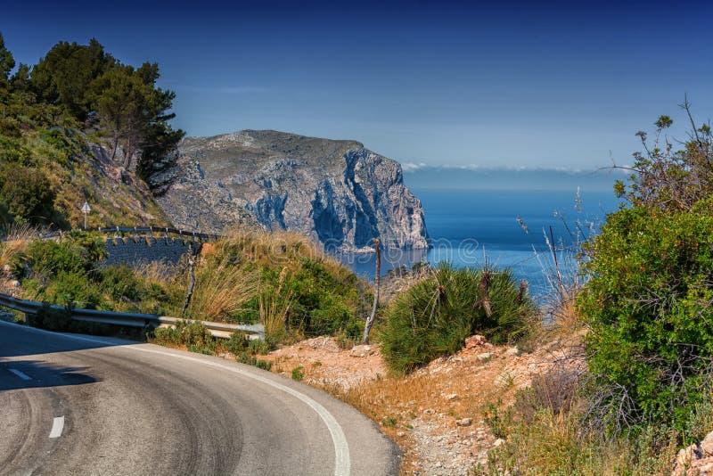 Curvy västkustenväg på Mallorca royaltyfri foto