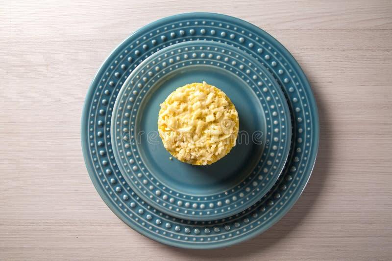 Cuscús del maíz Cuscuz en un plato imagen de archivo libre de regalías