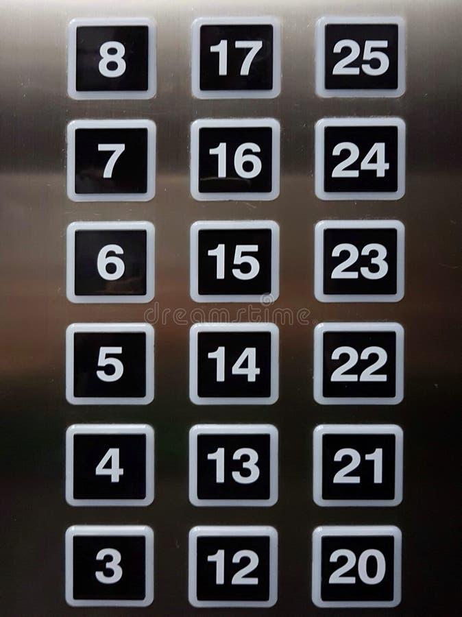 Cuscinetti di numero quadrato su ascensore con sfuocatura d'acciaio di alluminio riflettente immagini stock