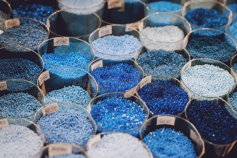 Cuscinetti di vetro colorati Percosse Varietà di perline colorate in officina immagini stock