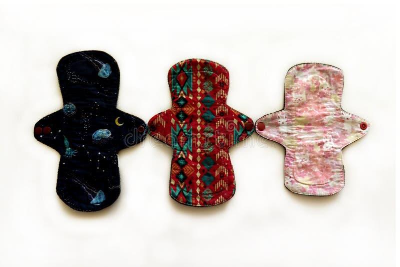 Cuscinetti mestruali sanitari riutilizzabili, insieme dei cuscinetti lavabili dopo i periodi, cuscinetti delle donne di Eco, conc fotografia stock