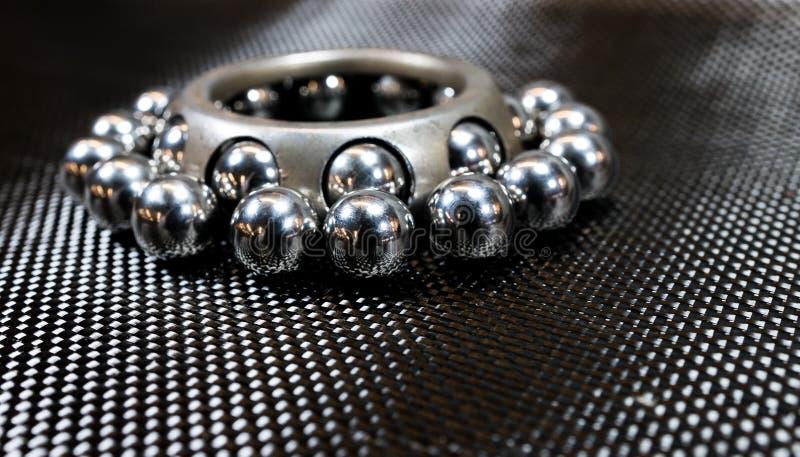Cuscinetti a sfera e ruota riguardante il panno della fibra del carbonio immagini stock libere da diritti
